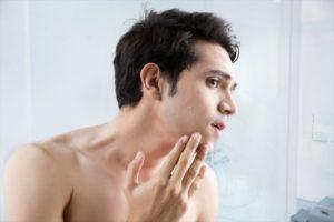 肌荒れに悩む男性の画像