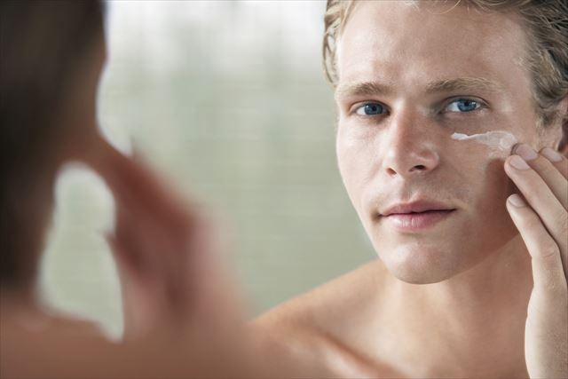 自己流のスキンケアを行う男性の画像