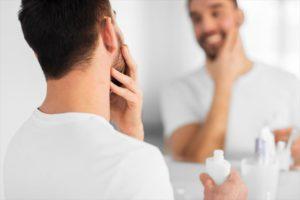 自分に最適な化粧水で理想の肌を手に入れた男性の画像