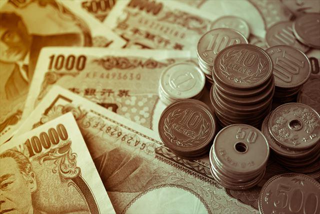 お札と小銭が並んだ画像