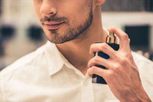 香水をつける男性の画像