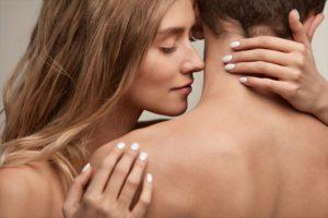 ニオイを嗅ぎながら抱き合う抱き合う男女の画像