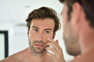 肌質の変化を気にする男性の画像