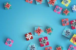 小さなプレゼントを集めた画像