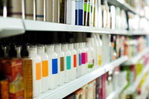 メンズシャンプーが並べられた商品棚の画像