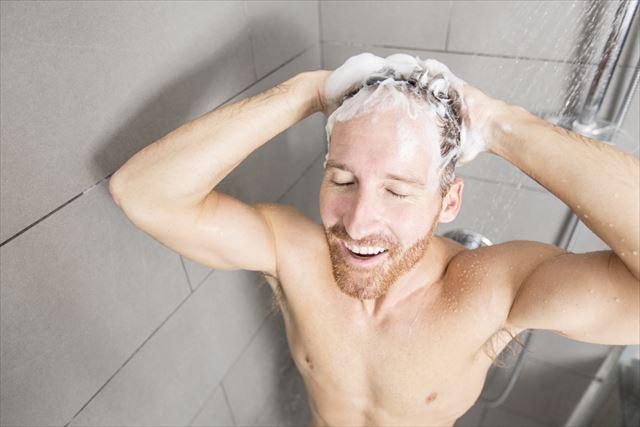 メンズ用シャンプーで髪を洗う男性の画像