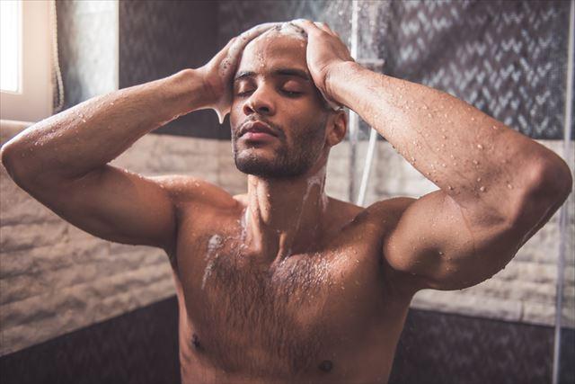 たっぷりの泡でシャンプーをする男性の画像