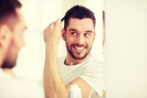 シャンプー前にブラッシングする男性の画像