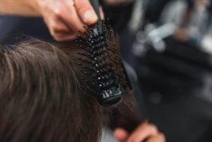 髪の中間から毛先をブラシですくいあげた画像