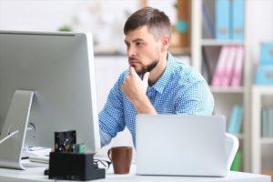 インターネットの口コミを調べる男性の画像