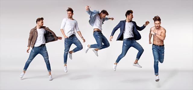 様々なタイプの男性が走る画像