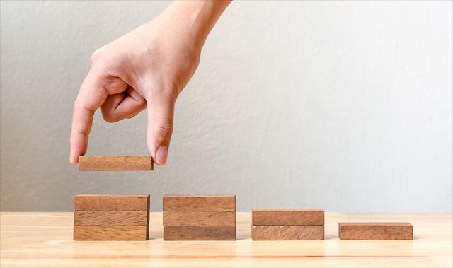 左から順に多く積まれたブロックの画像
