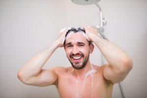 シャンプーする男性の画像4