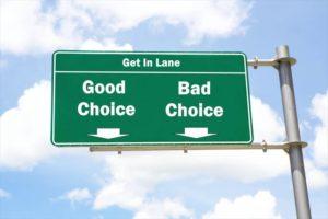 良い選択と悪い選択の方向が書かれた看板の画像