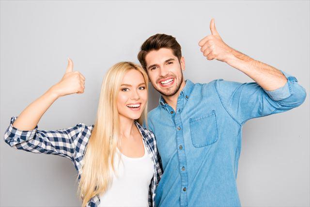 笑顔で納得する男性と女性の画像