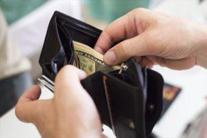 お財布から紙幣を取り出す画像