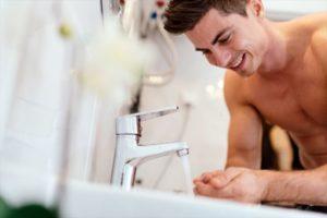 洗顔前に手を洗う男性の画像