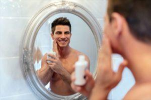 化粧水を丁寧につける男性の画像