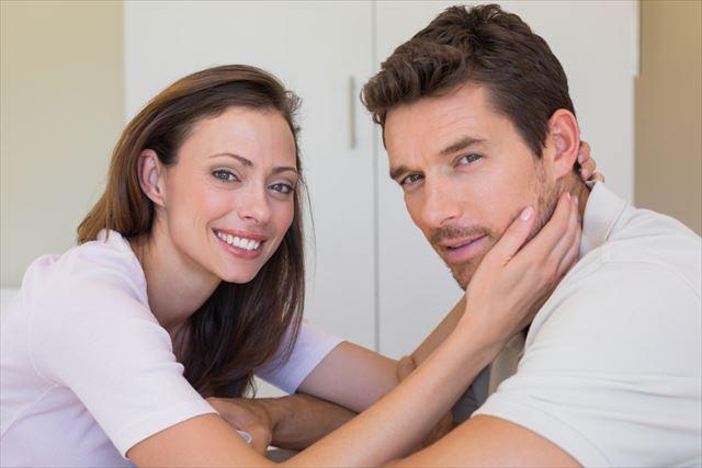 美しい肌を女性に触られている男性の画像