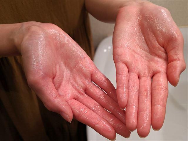 バルクオムの化粧水を両手に出した画像