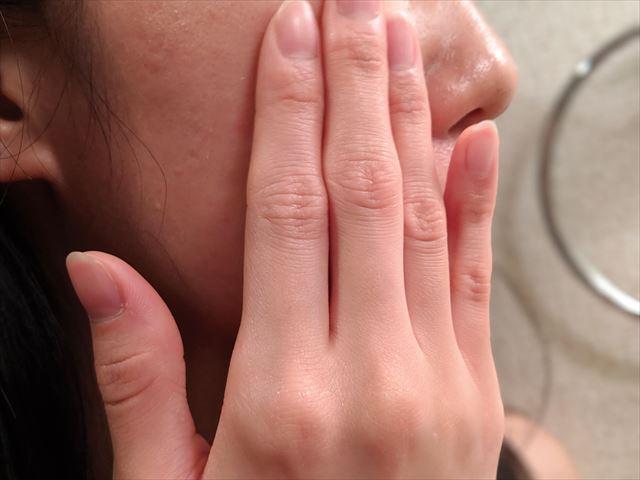 バルクオムの化粧水を頬につける女性の横顔