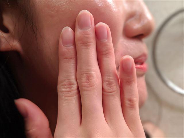 バルクオムの化粧水でパッティングする女性の画像