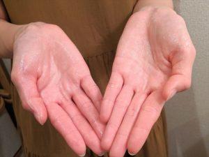 乳液を手のひらに伸ばした画像