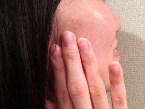 乳液を塗った頬の画像