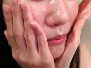 頬に乳液を塗る画像