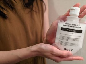 バルクオム乳液を手に持つ女性の画像2