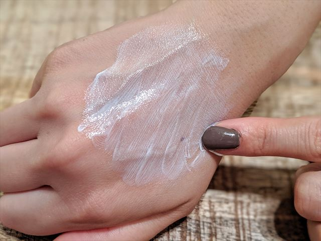 バルクオムの日焼け止めを手の甲に塗る画像3
