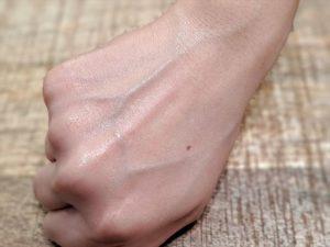 バルクオムの日焼け止めを手の甲に塗る画像4