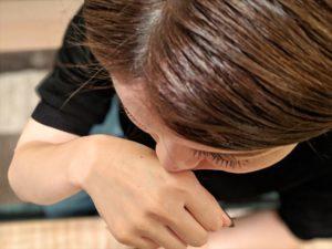 バルクオムの日焼け止めのにおいを嗅ぐ女性の画像